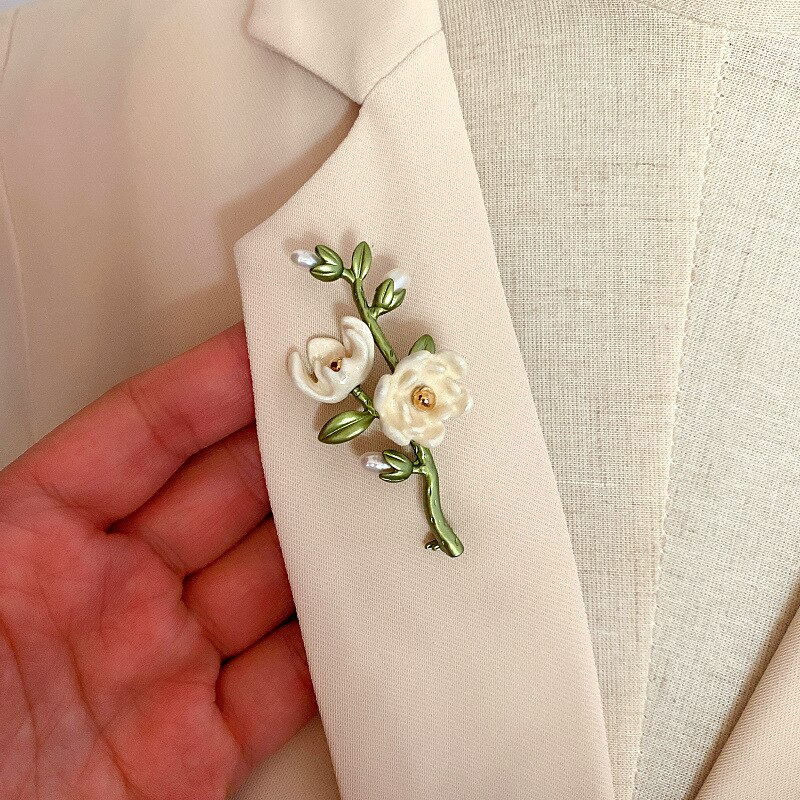 HUANZHI 2020 NEW Elegant Vintage Plant Flowers Metal Freshwater Pearls Brooch for Women Party Collar Accessories Jewelry Gifts