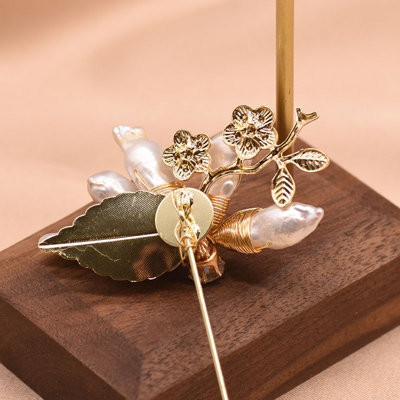 XlentAg Natural White Baroque Pearls Flower Brooches For Women Metal Leaves Gothic Best Friend Romantic Aesthetic Jewrlry GO0333