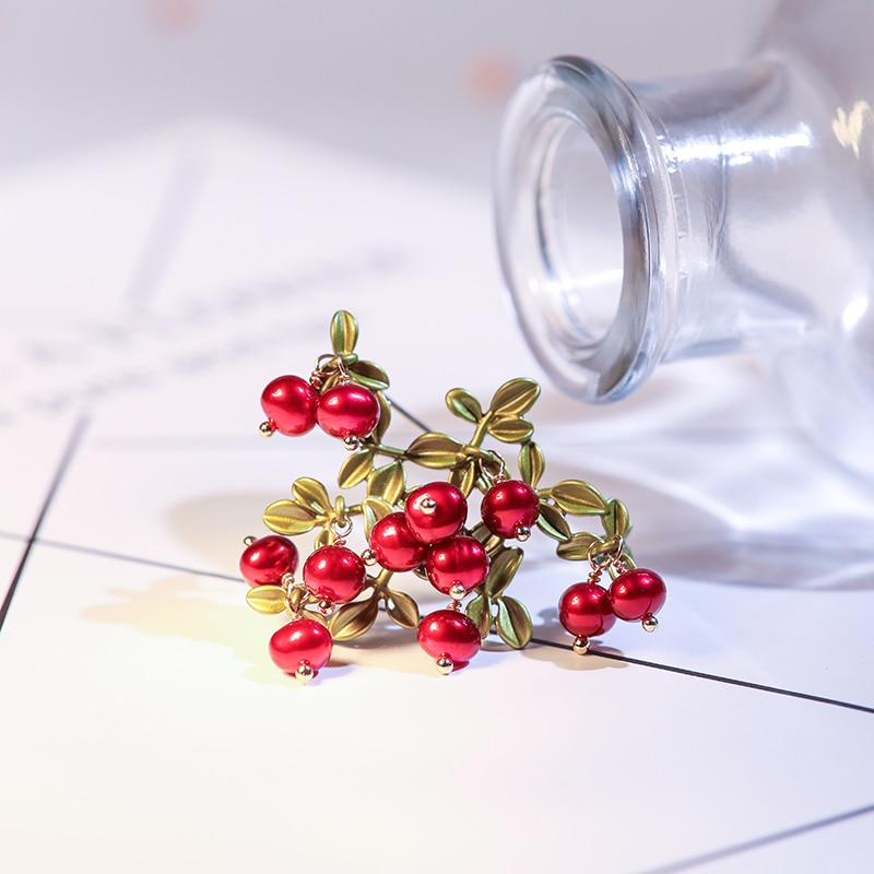 Vanssey Vintage Fashion Jewelry Cranberry Leaf Natural Pearl Red Green Handmade Brooch Pin Party Wedding Accessories for Women