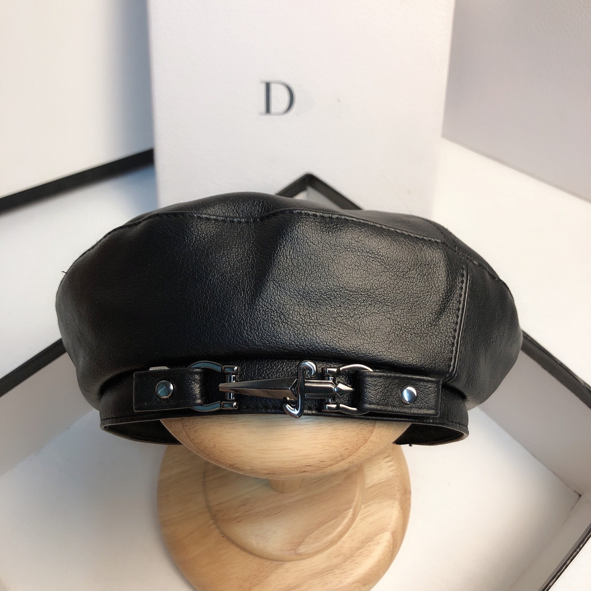 2020 New Cap Autumn Winter Women PU Leather Berets Simplicity Fashion Metal Buckle Hat Street Shot Personality Painter Hat QDKPO