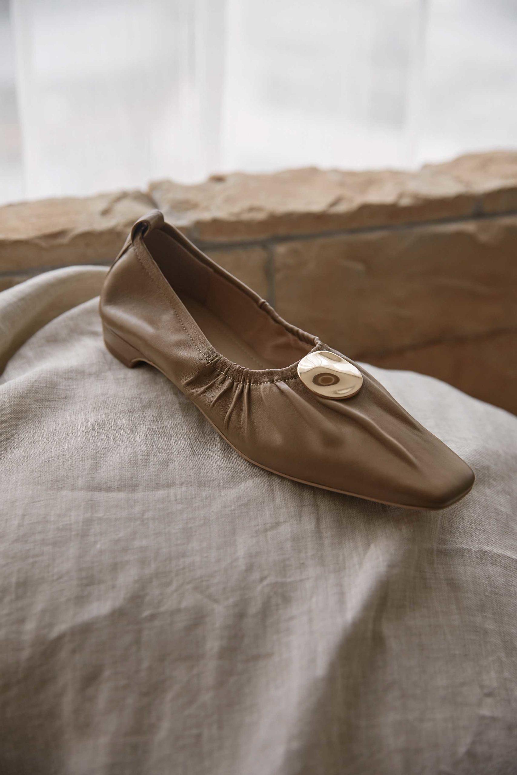 Krazing Pot Echt Leer Zacht Geplooide Grootmoeder Schoenen Metalen Decoraties Vierkante Neus Lage Hakken Vrouwen Slip Solid Pompen L03