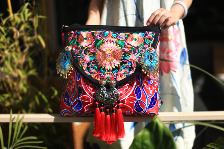 Nieuwe collectie Hmong geborduurde Vrouwen handtas Etnische handgemaakte kwastje zilveren slot schoudertassen Vintage casual canvas reistassen